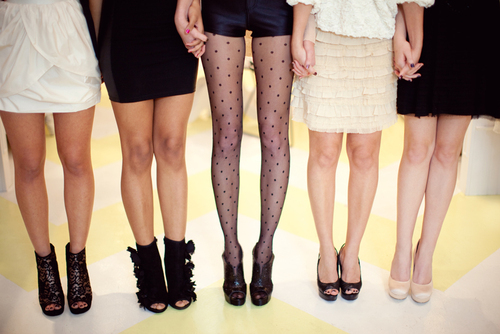 """Qué tipo de zapatos se usan con faldas"""